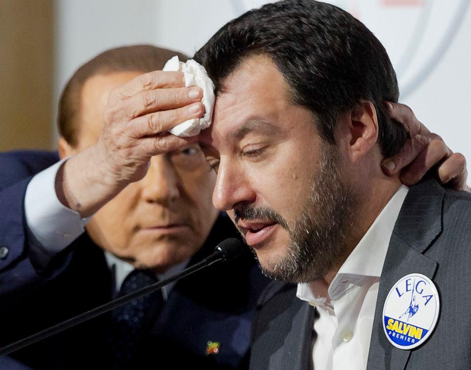 Silvio Berlusconi przeciera czoło Matteo Salviniemu