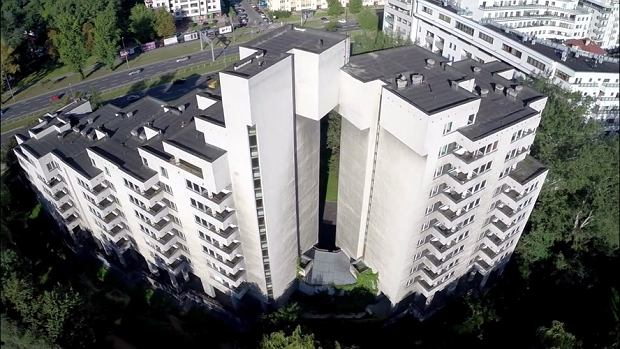 Kiedyś mieszkali tu radzieccy dygnitarze. Opuszczony blok przy ul. Sobieskiego 100 w Warszawie