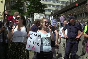 Policja wyniosła protestujących spod siedziby PiS na Nowogrodzkiej. Zobacz naszą relację