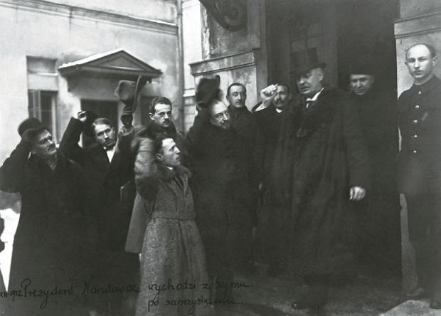 Prezydent Narutowicz wychodzi z Sejmu po zaprzysiężeniu