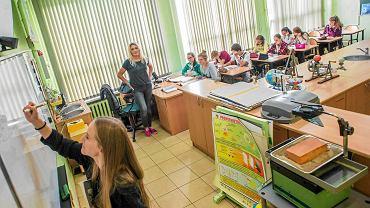Lekcja matematyki w Zespole Szkół nr 19 na Wyżynach. Prowadzi nauczycielka Żaneta Gajkowska
