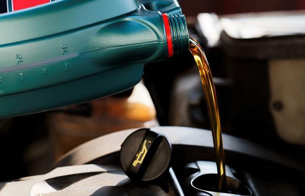 Czym się różni olej syntetyczny od półsyntetycznego i mineralnego?