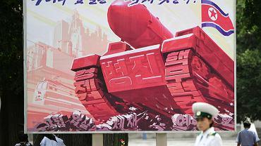 Billboard w Pjongjangu piętnujący sierpniowe sankcje nałożone przez ONZ w dniu, gdy wojska USA i Korei Płd. rozpoczęły doroczne manewry