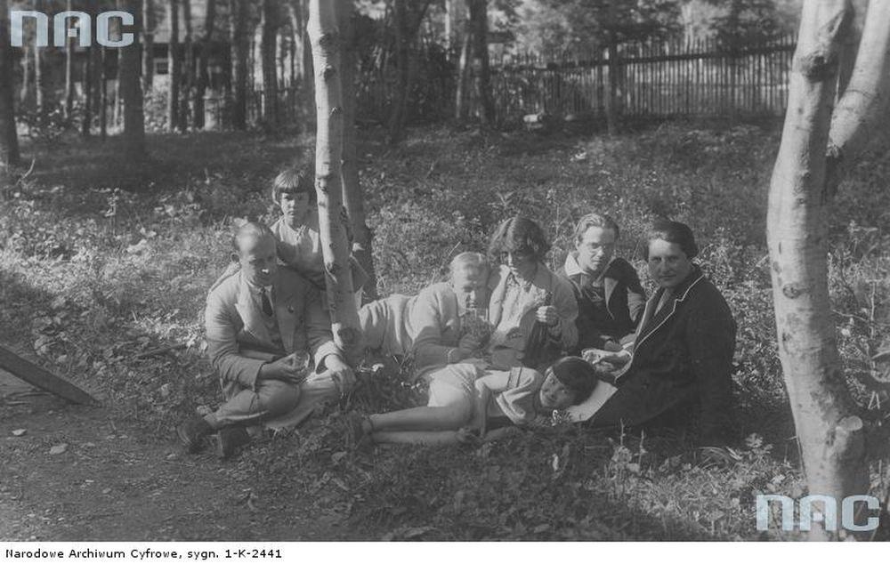 Artysta malarz Leon Chwistek (4.z prawej) w ogrodzie swojego domu w Zakopanem wraz z żoną (z prawej), malarką Zofią Stryjeńską (3. z prawej) i malarzem Rafałem Malczewskim (z lewej), lata 20. (fot. Schabenbeck Henryk / Narodowe Archiwum Cyfrowe)