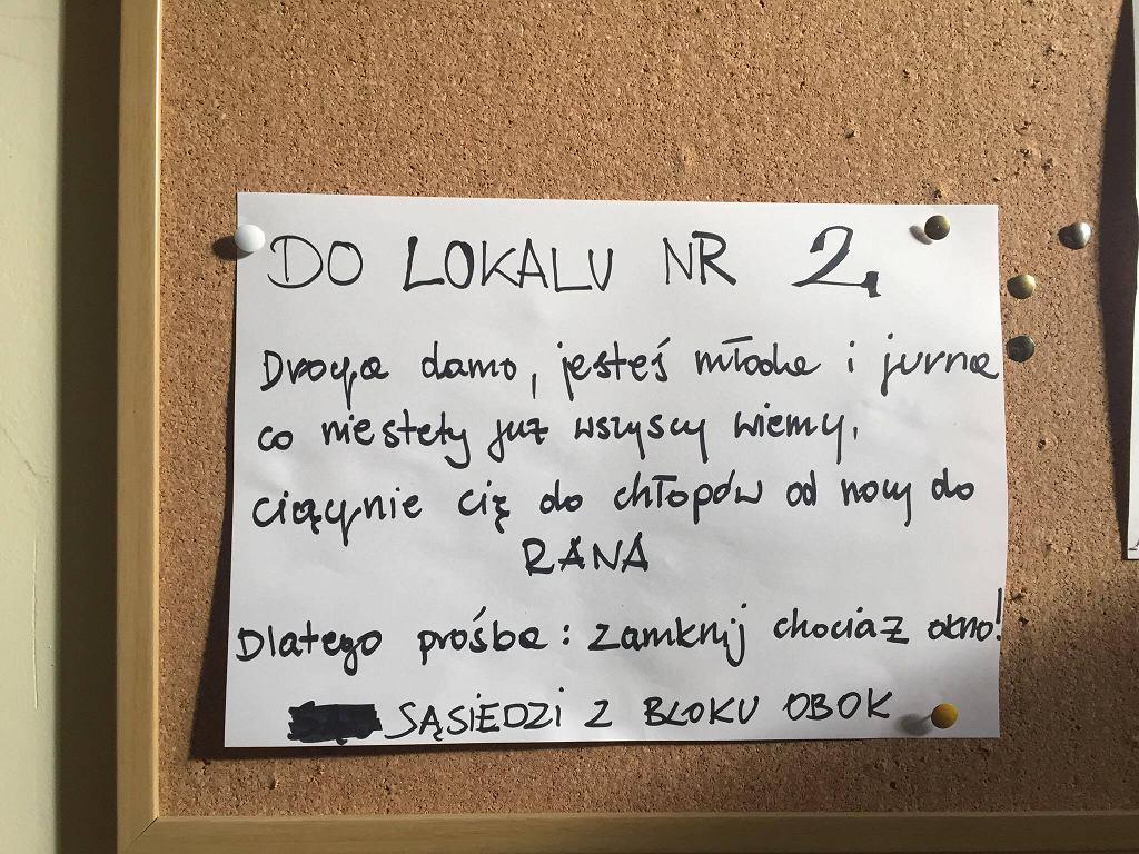 Ogłoszenie zawieszone na klatce schodowej na Muranowie.