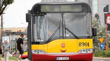 Ostre hamowanie, zbite szkło. Niebezpieczny incydent w autobusie 520