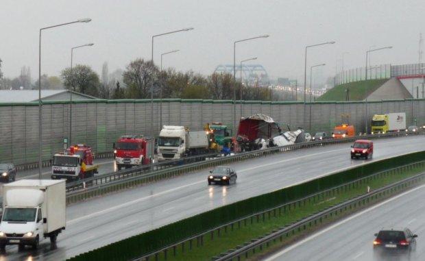 Przewr�cony tir zakorkowa� autostrad� A2 z Warszawy do �odzi