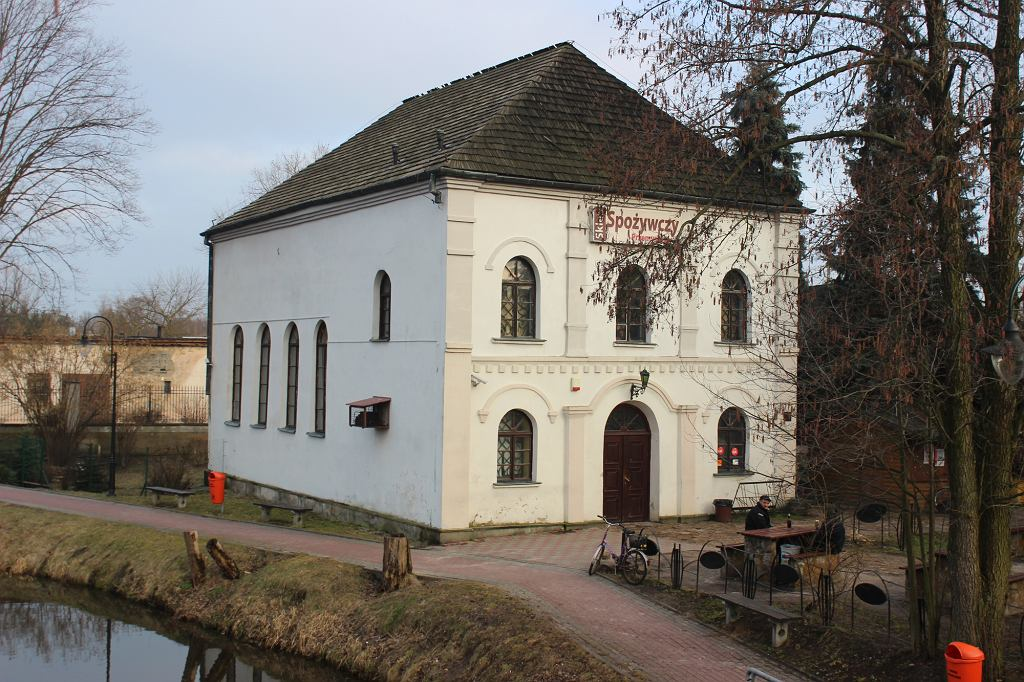 Inowłódz. Synagoga zamieniona na sklep (fot. Bartosz Józefiak)
