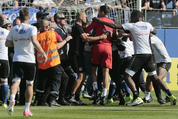 Chuligani na murawie w meczu Bastia - Lyon
