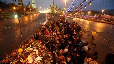 ''Dobrze wiemy, kto zabi� naszego przyjaciela''. Wielkie emocje. Kwiaty i znicze w centrum Moskwy