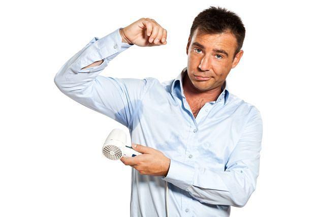 Nadpotliwość częściej dotyka mężczyzn niż kobiety. Kobiecy organizm z zasady oszczędniej gospodaruje płynami i to panowie mają niższy próg cieplny - temperaturę, przy której zaczynają się pocić