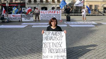 Od października 2017 na cieszyńskim rynku grupa obywateli codziennie demonstruje w obronie demokracji. Na pierwszym planie inicjatorka protestu Gabriela Lazarek, aktywistka ruchu Obywatele RP. Cieszyn, 29 maja 2018