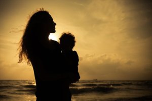 Najfajniejsze kobiety ci�gle s� wolne, czyli o wy�szo�ci matki nad bezdzietn� singielk� [FELIETON]