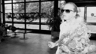 Krystyna Janda w 1990 r. na Okęciu. Dwa miesiące wcześniej otrzymała w Cannes nagrodę dla najlepszej aktorki za rolę w 'Przesłuchaniu'
