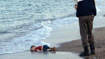 Cia�o 3-latka wyrzucone na pla��. Co zmieni podej�cie Europy, je�li nie ta historia?