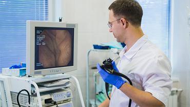Na hemoroidy cierpi coraz więcej osób, m.in z powodu siedzącego trybu życia