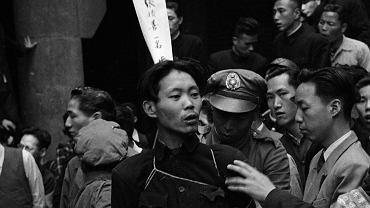 Tajne bractwa, z których wyłoniły się triady, istniały w Chinach od XVIII w., a może już od XVII w. Po przejęciu władzy w 1949 r. komuniści rozprawili się z triadami błyskawicznie i okrutnie. Na zdjęciu członek jednej z nich oczekuje na egzekucję za 'przestępstwa gospodarcze' w zdobytym przez komunistów Szanghaju (1949 r.); na widocznym z tyłu papierze zostały wypisane jego zbrodnie.