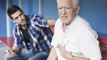 Jeśli bólowi za mostkiem towarzyszą duszności, szybkie bicie serca, nieregularne tętno, obfite pocenie lub zawroty głowy, powinniśmy niezwłocznie wezwać pomoc.