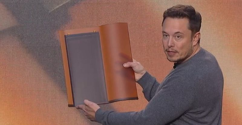 Elon Musk prezentuje solarne dachówki Tesli