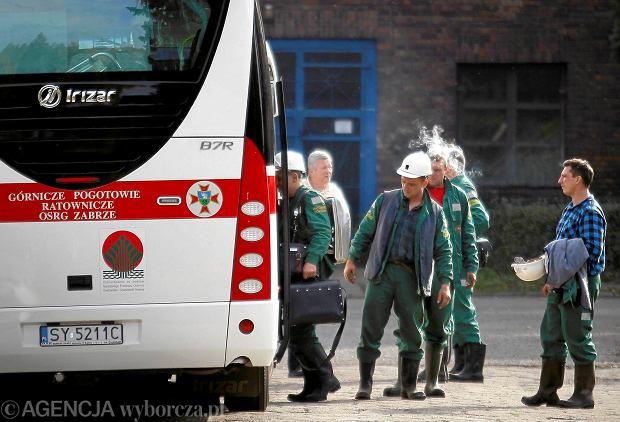 Mysłowice, dzień po katastrofie. Ratownicy przed akcją poszukiwania zaginionego górnika