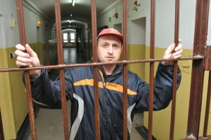 Siedz� w wi�zieniach, cho� s� jak dzieci. Ponad 200 os�b upo�ledzonych z wyrokami, cho� nie s� zdolni rozezna� skutk�w swojego post�powania