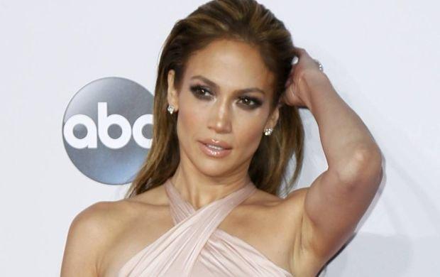 Wokalistka postarała, by to jest występ był tym najszerzej komentowanym z gali American Music Awards. Lopez zaskoczyła fanów bardzo kusym strojem i energetycznym układem tanecznym, jakiego nie powstydziłaby się sama Beyonce.