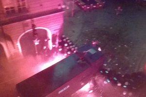 Nocna bitwa w centrum Poznania. Kibole Lecha podpalili squat, uszkodzili w�z transmisyjny TVP [WIDEO]