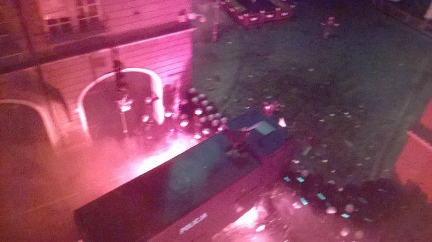 Nocna bitwa w centrum Poznania. Kibole Lecha podpalili squat, uszkodzili wóz transmisyjny TVP [WIDEO]