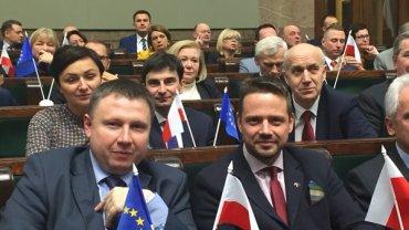 Awantura w Sejmie. Pos�owie PO z flagami UE, Winnicki: Wzywam do zdj�cia element�w dekoracyjnych