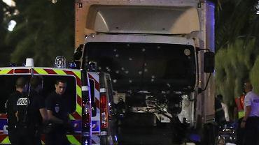 Rozpędzona ciężarówka wjechała w Nicei w tłum ludzi świętujących 14 lipca. To biała ciężarówka, którą terrorysta staranował tłum