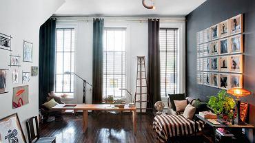 W części sypialni powstał gabinet. Biurko zaprojektował gospodarz. O ścianę oparta jest francuska drabina ogrodowa z 1920 roku. Na sofie oryginalna berberyjska narzuta. Żyrandol ze szkła z Murano projektu weneckiego artysty Carla Nasona.
