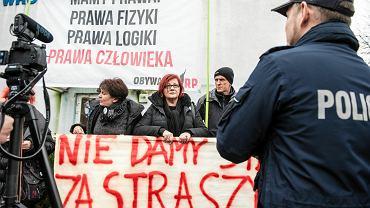 Obywatele RP staną przed sądem za trzymanie dwóch  banerów przed komisariatem. W obronę wziął ich prezydent Rafał Dutkiewicz.