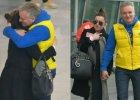 P�acz i... Beata Tadla wr�ci�a z Ukrainy, a na lotnisku przywita� j� Jaros�aw Kret