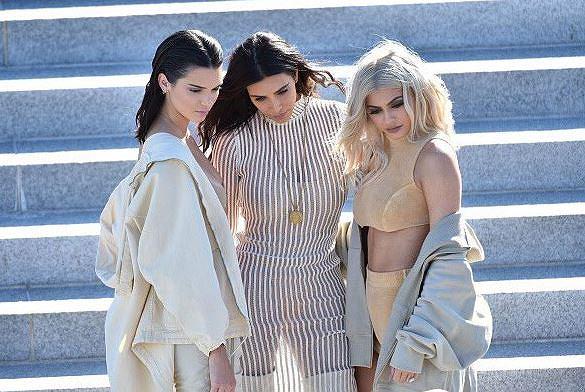 Kanye West zaprezentował swoją kolekcję ubrań w Nowym Jorku. Show okazało się totalną katastrofą! Upał dawał się wszystkim we znaki, a biedne modelki potykały się i mdlały. Na imprezie pojawiła się też rodzina Westa.