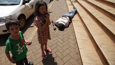 Czteroloetni Elliot i jego siostra. W rękach mają batony, które dał im zamachowiec