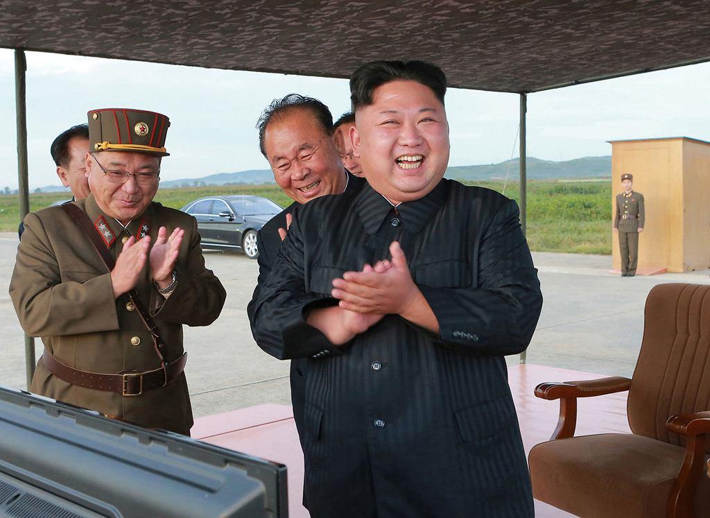 Kim Dzong Un cieszy się z wystrzelenia rakiety Hwasong-12