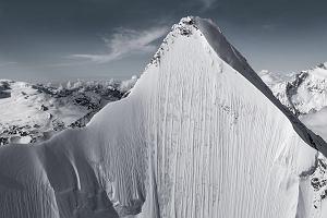 Ogromna góra i maleńki narciarz... Dostrzegasz go na tym zdjęciu?