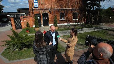 Tomasz Korżak z zajazdu Pod Lipami rozmawia z dziennikarzami