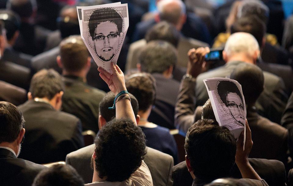 Uczestnicy protestu przeciwko działaniom NSA z portretami Snowdena