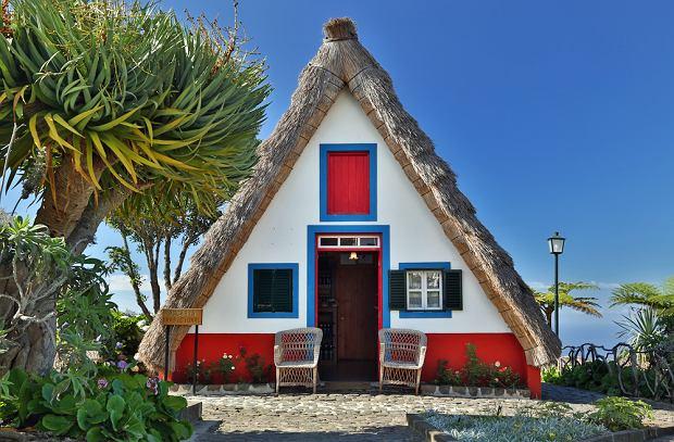 Na Maderze możecie obejrzeć charakterystyczne, bielone domki ze strzechą sięgającą ziemi
