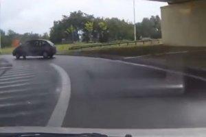 Drift na rondzie. Ryzykowna jazda kierowcy citroena [WIDEO]