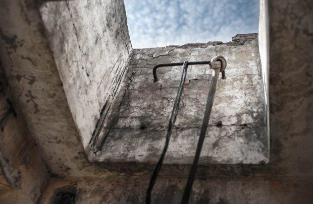 Wyjście na dach koszar - zwiedzający naprawili oberwane schodki