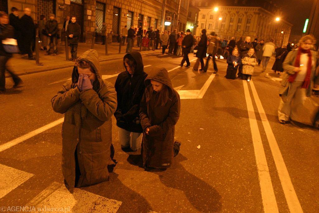 Warszawiacy przed kościołem św. Anny po śmierci Jana Pawła II