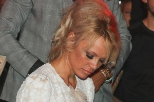 Pamela Anderson w grzecznej sukience, kt�ra zas�ania wszystko? W tym bardzo konserwatywnym wydaniu wygl�da�a zmys�owo i elegancko. Niestety, zachowawczy str�j nie by� wstanie odci�gn�� naszej uwagi od jej twarzy. Znowu wygl�da nienaturalnie. Sami zobaczcie.
