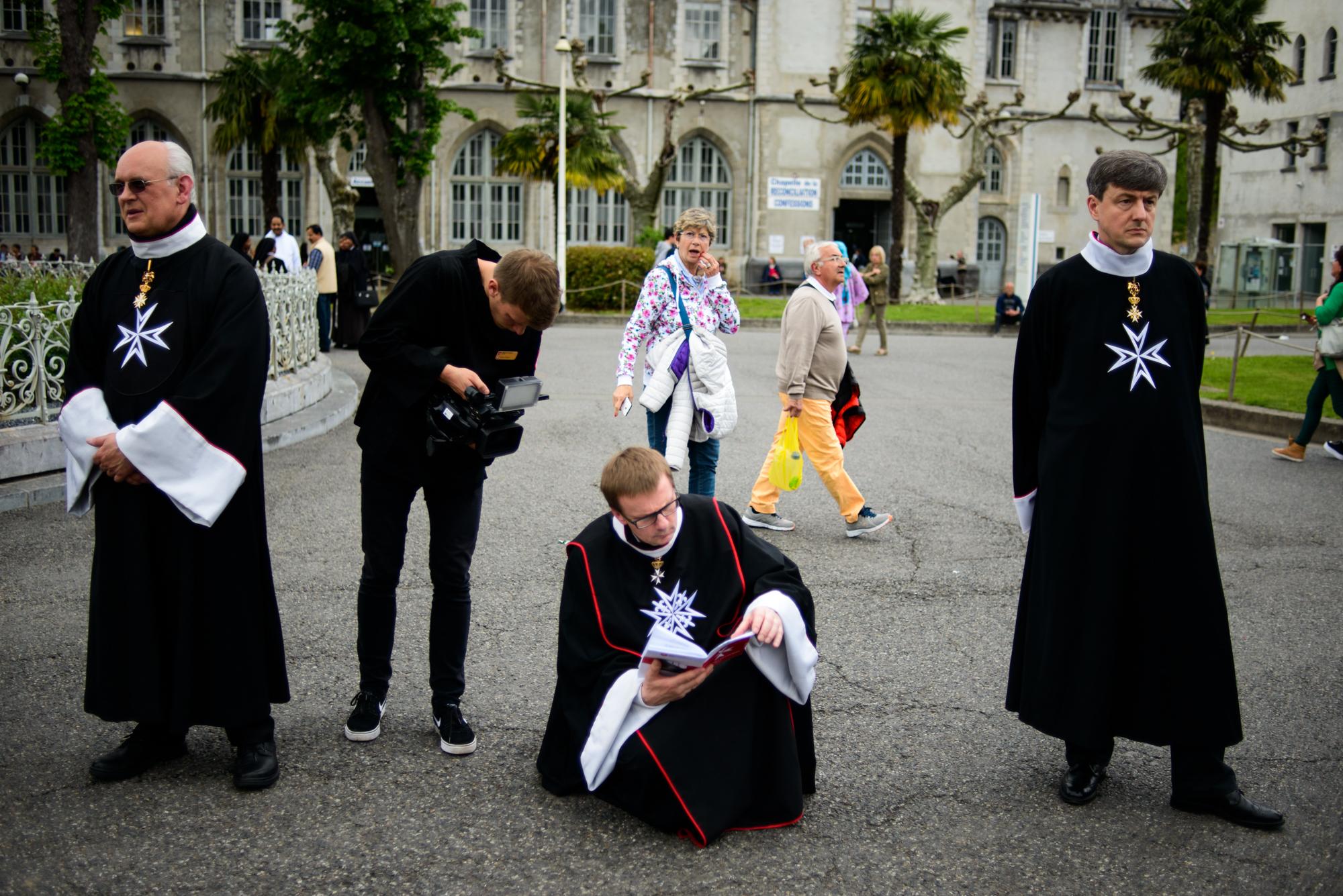 Kuba Stoszek filmuje przygotowania do procesji przed bazyliką. Kawalerowie ubrani w stroje religijne (fot. Piotr Idem)
