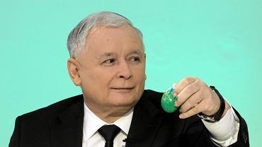 Prezes PiS Jarosław Kaczyński podczas malowania pisanek
