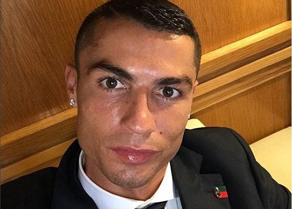 Cristiano Ronaldo świętuje z kieliszkiem szampana transfer do Juventusu Turyn