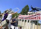 Rz�d Orbána postawi� pomnik, opozycja obrzuci�a go jajkami