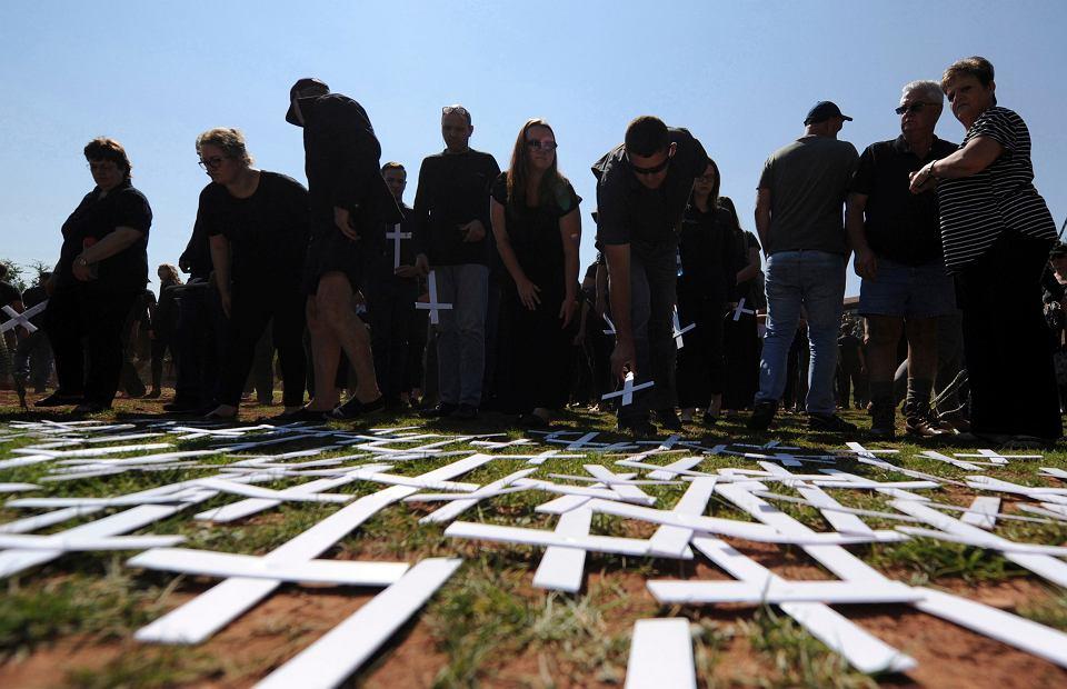 Mieszkańcy Pretorii układają na ziemi symboliczne białe krzyże podczas demonstracji przeciwko zabijaniu białych farmerów na terenie RPA, 30 października 2017 r.