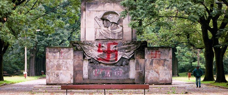 Ruszyła rozbiórka Pomnika Żołnierzy Radzieckich. Malowano na nim swastyki i obrzucano fekaliami